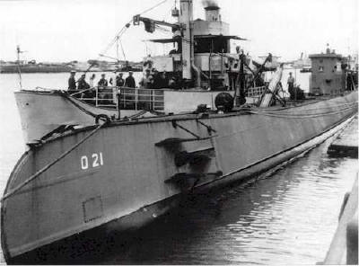 O 21 and the torpedo work ship Mercuur (2), 1950. Note the torpedo (probably a MK VIII) being loaded
