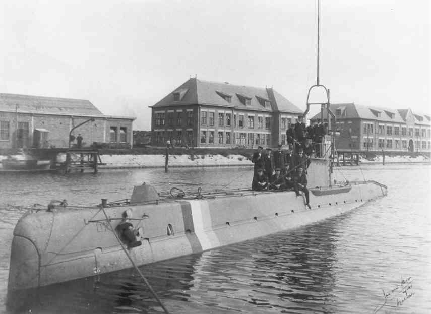 during WWI in Den Helder. In the background the Submarine Service