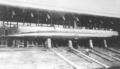 O 7 under construction. Note the steering propeller. Rotterdam, July 1916